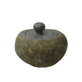 Behälter mit Deckel, verschiednene Größen von H 13 - 16 cm, Steinmetzarbeit aus Flussstein